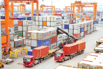 Cán cân thương mại tháng 8 đổi chiều, bất ngờ thặng dư 2,2 tỷ USD