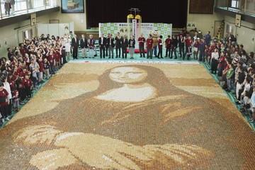 Vẽ tranh Mona Lisa bằng 24.000 bánh gạo