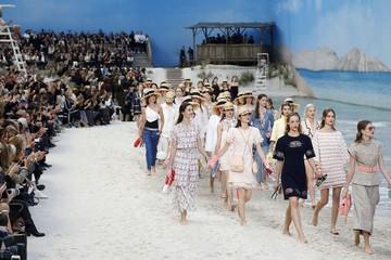 Chanel mang cả bãi biển lên sàn diễn
