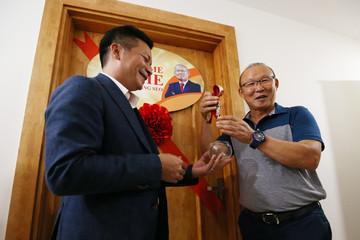 Vợ chồng HLV Park Hang Seo nhận nhà mới