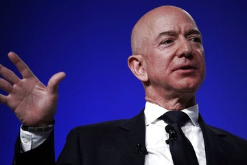 Người giàu nhất thế giới làm gì khi bị chỉ trích?