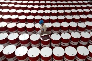Giá dầu mất hơn 1% sau thông tin Mỹ cân nhắc miễn trừ một số nước khi trừng phạt Iran