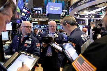 Triển vọng tăng trưởng toàn cầu xấu đi, chứng khoán Mỹ giảm điểm