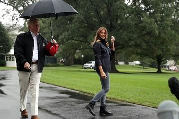 Trump che ô một mình, để vợ đứng dưới mưa