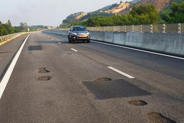 Phó Thủ tướng họp khẩn chỉ đạo khắc phụ hư hỏng mặt đường cao tốc vừa thông xe