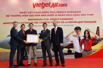 Bộ trưởng Pháp trải nghiệm buồng lái mô phỏng tàu bay của Vietjet