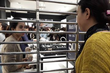 'Thứ Sáu Đen' ở Hà Nội: Khách quá đông, một điểm bán phải đóng cửa tạm thời
