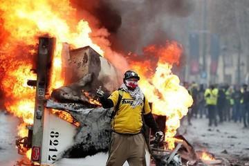Đối mặt làn sóng biểu tình, Pháp hoãn kế hoạch tăng thuế xăng dầu
