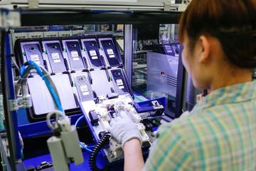 Dựa vào sản xuất smartphone, kinh tế Việt Nam tiềm ẩn rủi ro tăng trưởng