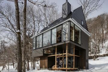 Bố cục đa cấp, ngôi nhà nổi bật trời đông giữa rừng Nhật Bản