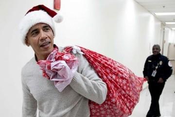 Obama đóng giả ông già Noel phát quà cho trẻ em tại bệnh viện