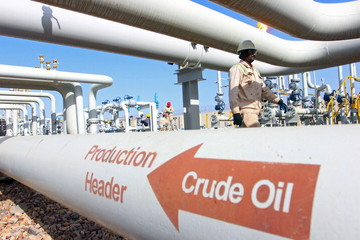 Giá dầu tăng hơn 8%, mạnh nhất hai năm