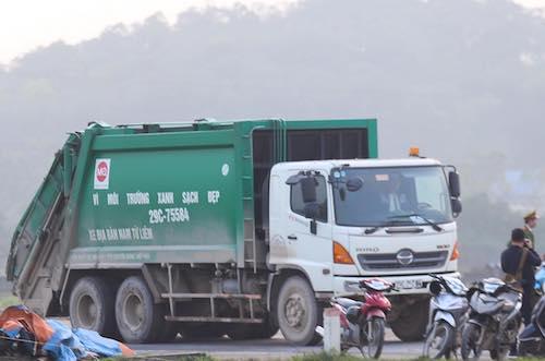 Người dân gỡ bỏ chướng ngại vật vào bãi rác Nam Sơn