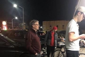 Bill Gates đút tay túi quần, xếp hàng chờ mua burger