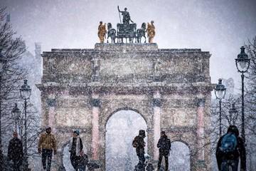 Paris kỳ ảo trong bão tuyết