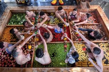 Bồn tắm 'lẩu người' độc đáo ở Trung Quốc