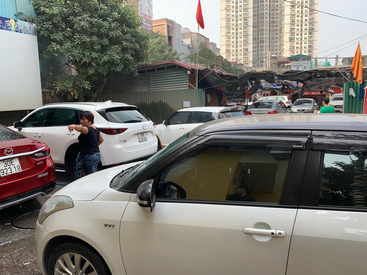 Giá rửa xe ngày sát Tết tăng gấp đôi, chủ xe vẫn phải xếp hàng dài