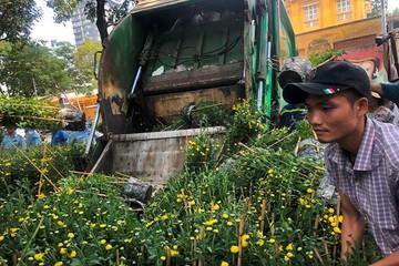 Tiểu thương vứt hàng trăm chậu hoa ế vào xe rác vì sợ 'hôi của'