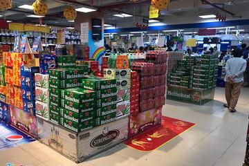 Giá bia trong siêu thị rẻ hơn đại lý, hàng vẫn đầy ắp