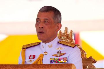 Nhà vua Thái Lan phản đối quyết định tranh cử gây sốc của chị gái