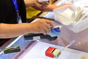 Nở rộ dịch vụ giúp rút tiền mặt từ thẻ tín dụng