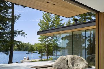 Ngôi nhà trên diện tích hơn 2.700 m2 có 'lưng' dựa rừng thông cổ thụ, 'mặt' hướng hồ