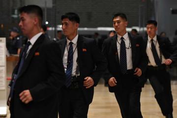 Hàng rào ba lớp bảo vệ Kim Jong-un khi công du nước ngoài