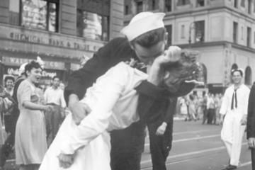 Thủy thủ trong bức ảnh nụ hôn cuối Thế chiến II qua đời