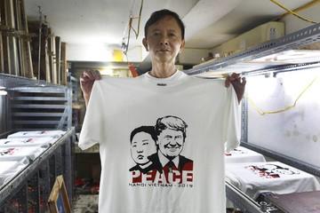Áo in hình Trump - Kim đắt khách tại phố cổ Hà Nội