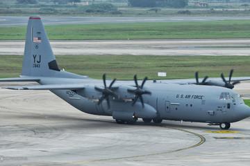 Vận tải cơ C-130 của Mỹ đáp xuống sân bay Nội Bài