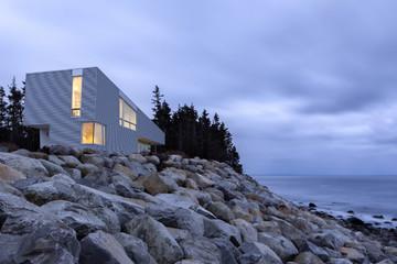 Ngôi nhà xinh xắn trên vách đá bên bờ biển Đại Tây Dương