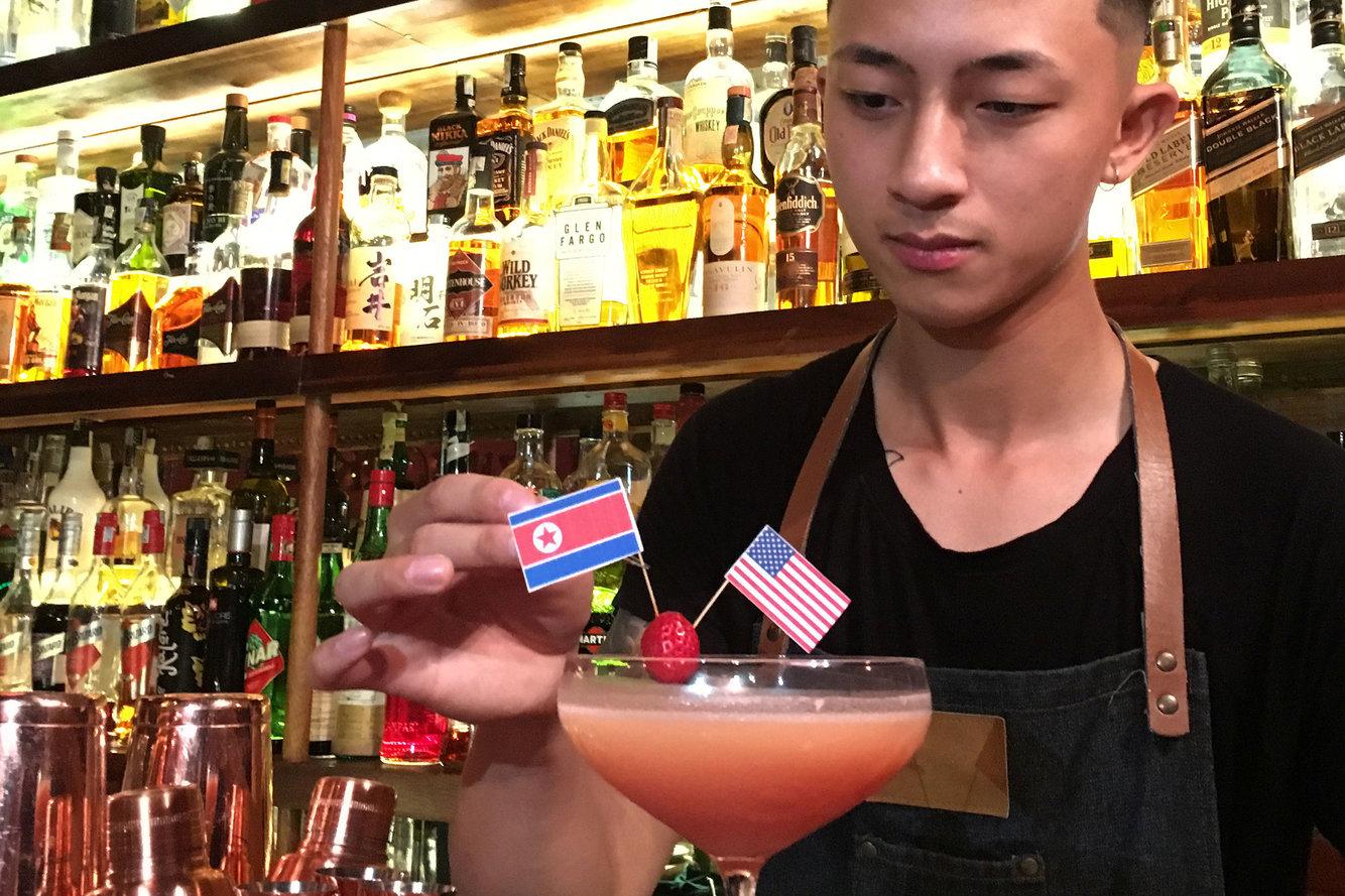 Quán bar Hà Nội kiếm bộn nhờ các loại cocktail Trump - Kim