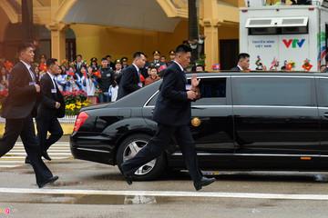 [Ảnh] 12 vệ sĩ chạy bộ theo xe ông Kim Jong-un tại ga Đồng Đăng