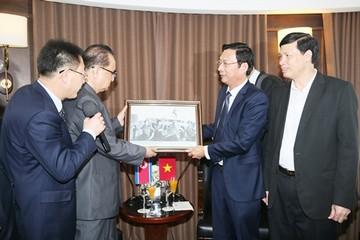 Quảng Ninh tặng đoàn Triều Tiên bức ảnh ông Kim Nhật Thành thăm vịnh