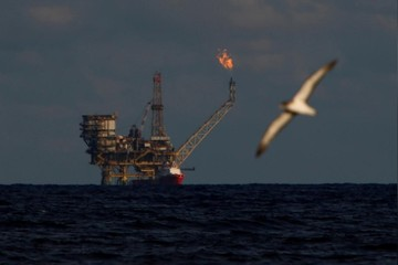 Trung Quốc hạ dự báo tăng trưởng, giá dầu biến động trái chiều