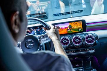 Mercedes-Benz cho phép chơi game ngay trên xe