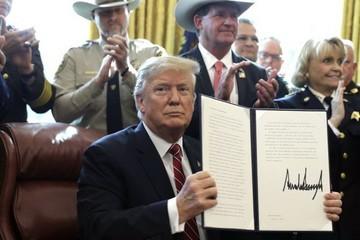 Ông Trump dùng quyền phủ quyết chống lại Quốc hội Mỹ