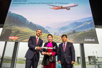 Chủ tịch Quốc hội dự lễ bàn giao máy bay Airbus và khai trương Văn phòng FPT tại Pháp