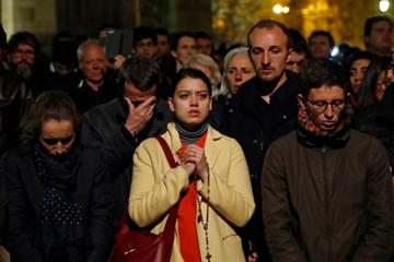 Hàng loạt du khách bật khóc khi lửa bùng lên ở Nhà thờ Đức Bà Paris