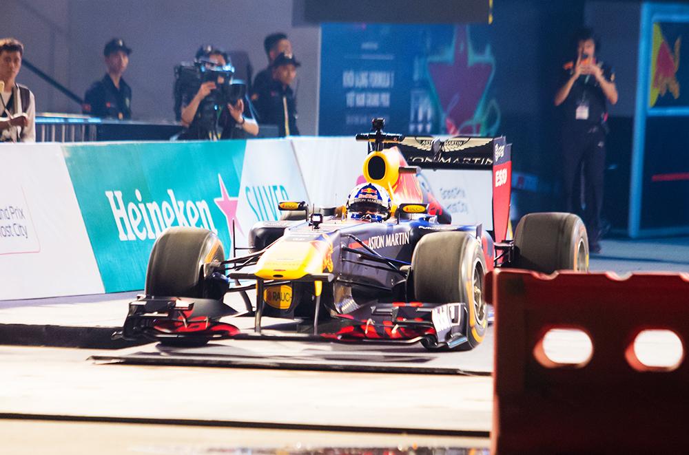 Cận cảnh chiếc xe đua F1 lăn bánh trên đường đua Hà Nội