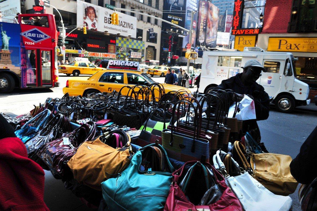 Thoải mái mua đồ 'Gucci', 'LV' trên lề đường ở New York