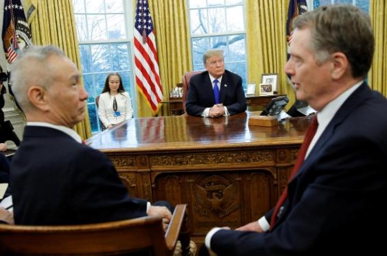 Quyết định tăng thuế của Trump bóp nghẹt doanh nghiệp và người tiêu dùng