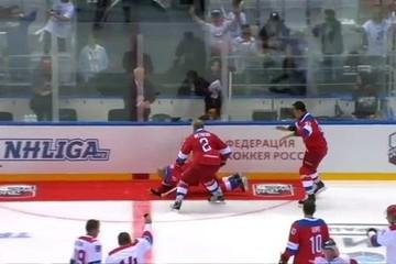 Putin ngã khi chào khán giả sau trận đấu khúc côn cầu