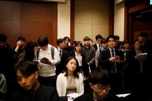 Làn sóng cử nhân thất nghiệp đổ xô ra nước ngoài của Hàn Quốc