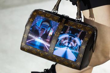 Louis Vuitton ra mắt túi xách tích hợp màn hình uốn dẻo