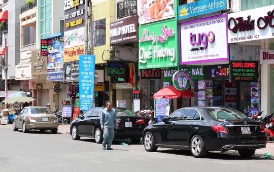 TP HCM: Tiền thu phí ôtô đậu dưới lòng đường không đủ trả công nhân viên