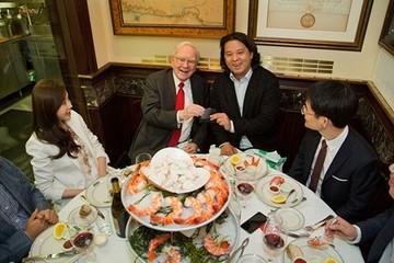 Chi 4,5 triệu USD để ăn trưa với Warren Buffett