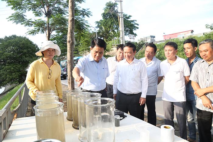 Chủ tịch Nguyễn Đức Chung kiểm tra công tác làm sạch sông Tô Lịch