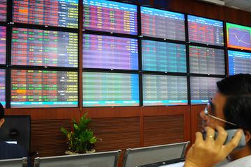 Phó Thủ tướng yêu cầu NHNN báo cáo việc mua trái phiếu, cổ phiếu của NĐT nước ngoài