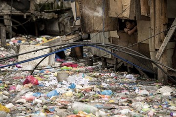 Phương Tây đau đầu tìm cách xử lý rác nhựa: Đốt hay chôn?